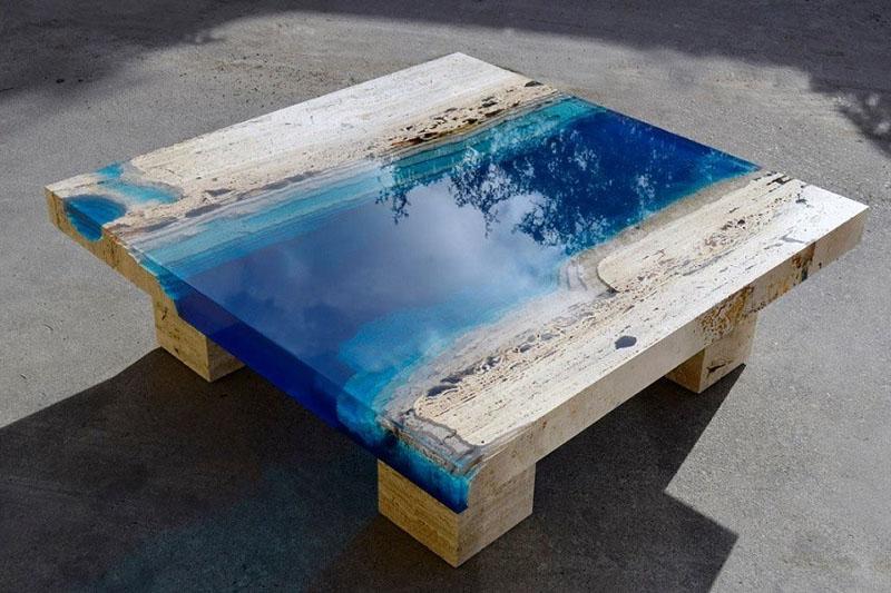 Стол из дерева и эпоксидки, навивающий морские мотивы