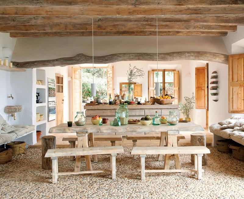 Каменный пол и потолок с балками в кухне загородного дома