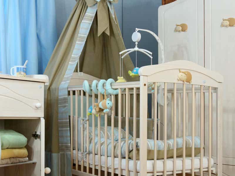 Полог из плотной ткани максимально защитит ребёнка