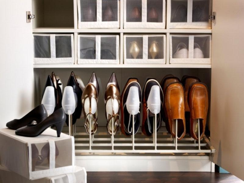 Можно дополнительно заказать дизайнерские коробки для хранения обуви на полках