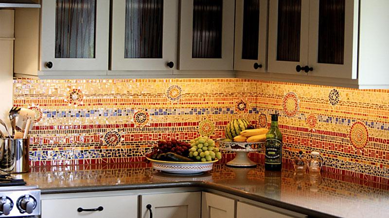 Из мозаики можно выложить настоящие картины на рабочей поверхности