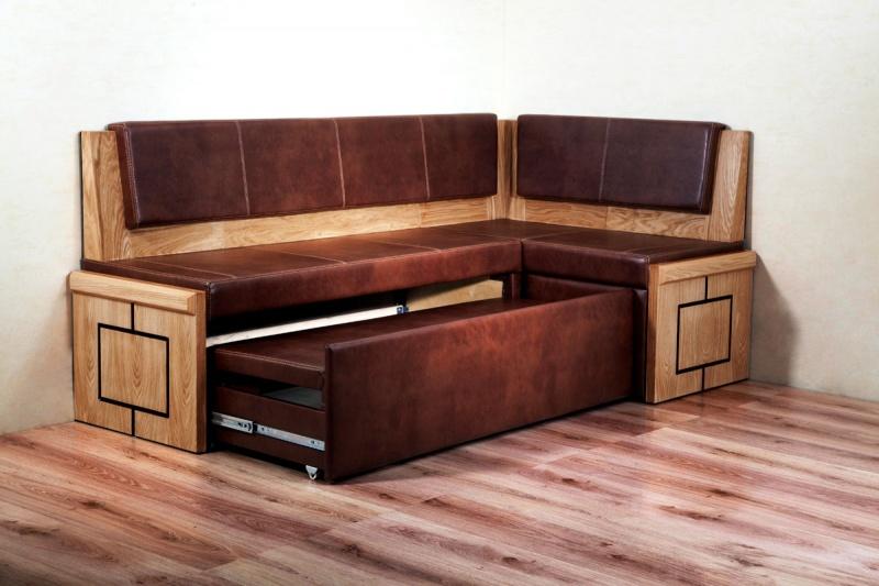 Угловой диван из натурального дерева прослужит очень долго