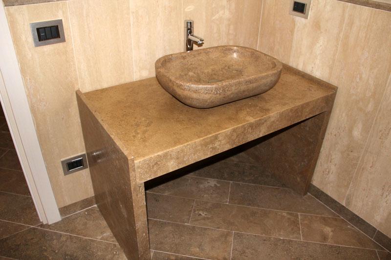 Для каменной столешницы лучше использовать накладную раковину
