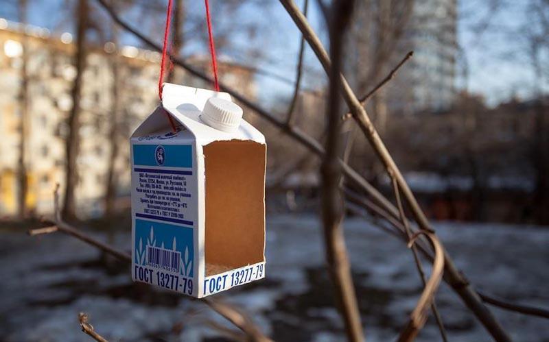 Лотковая кормушка из пакета молока, жаль, только недолговечная