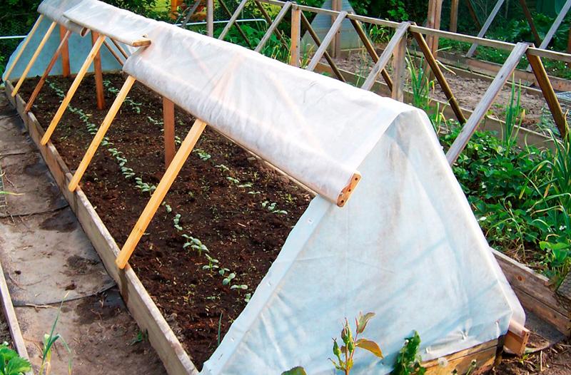 Готовый треугольный парник из дерева под плёнку