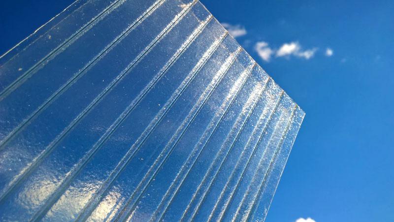 Для теплиц оптимально подойдёт сотовый поликарбонат толщиной 4−6 мм