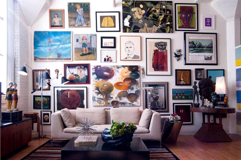 Множество картин разных размеров и стилей создают ощущение творческой мастерской