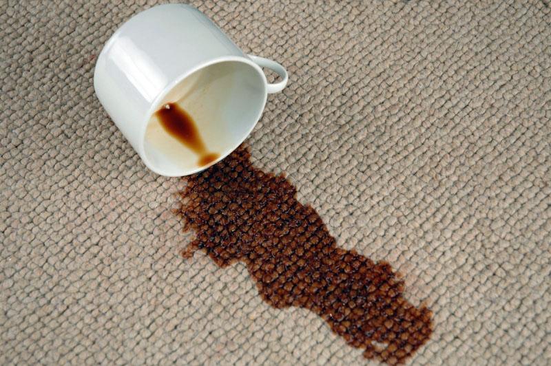 Для удаления кофе достаточно мыльного раствора