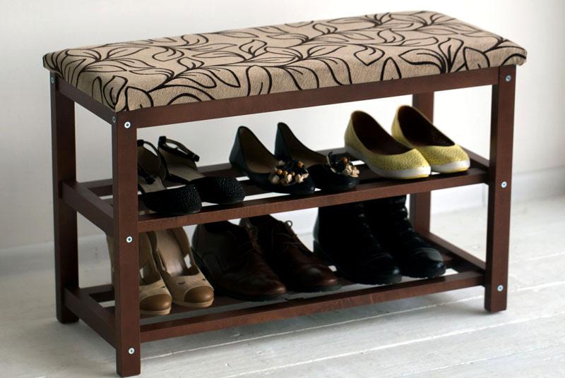 На полочках можно разместить сезонную обувь небольшой семьи