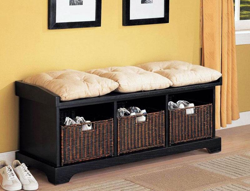 В качестве декора использованы подушки и плетёные ящики