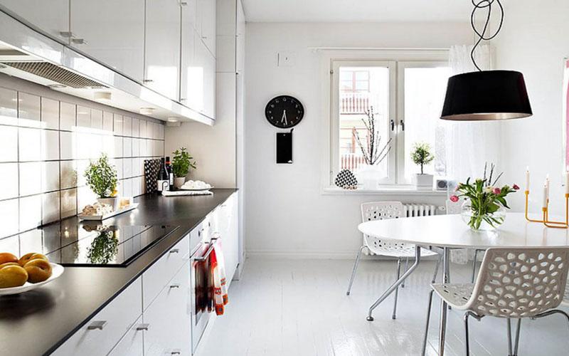 Уютная белая кухня в дизайне Скандинавии