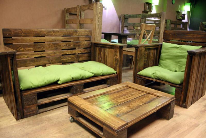 Вся мебель в кафе изготовлена из поддонов