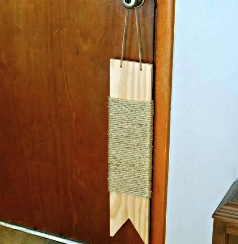 Дорожную когтеточку можно подвесить на верёвке к дверной ручке