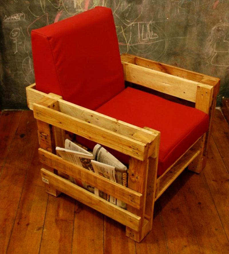Кресло, в свободных нишах которого можно хранить газеты