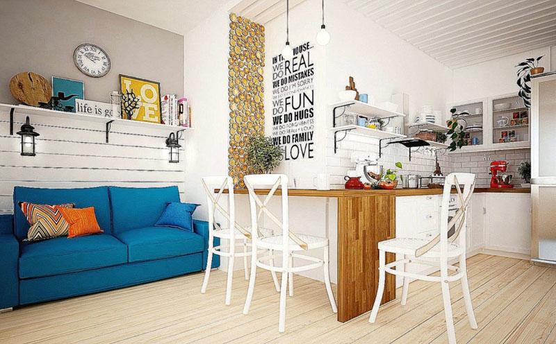 Синий диван выступает ярким акцентом в интерьере
