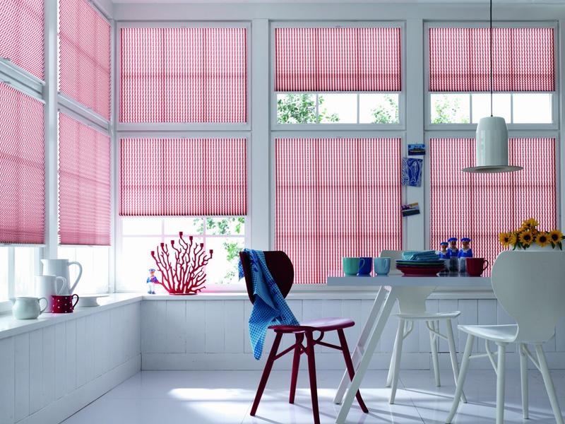 Благодаря дистанционному управлению можно устанавливать конструкции в верхней части окна