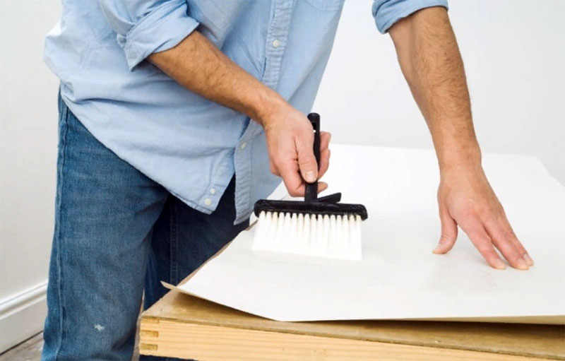 А если пришлось ломать голову над тем, чем отмыть линолеум на кухне от обойного клея, лучший способ − нанести его на заранее подготовленном столе или полиэтилене. Ведь, как известно, лучше предотвратить неприятность, чем с ней потом бороться.