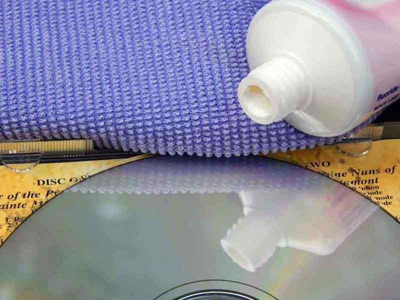Зубная паста − ещё одно универсальное средство в борьбе с любыми пятнами на любой поверхности
