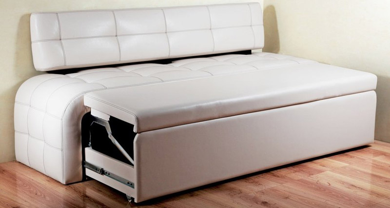 Узкие прямые диванчики на кухню со спальным местом так же, как и такие же для гостиной, снабжены шарнирными механизмами