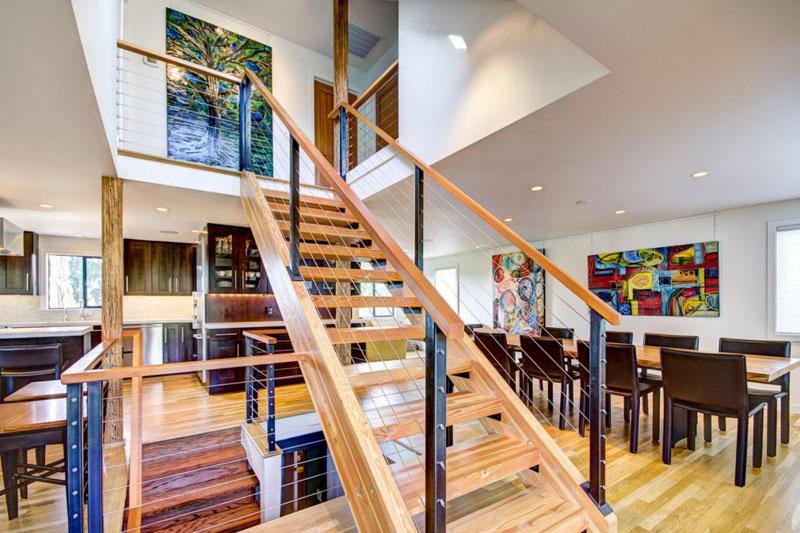 Вариант оформления лестницы в трёхэтажном таунхаусе