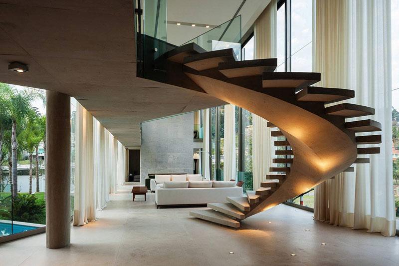 Шикарная винтовая лестница в просторном таунхаусе