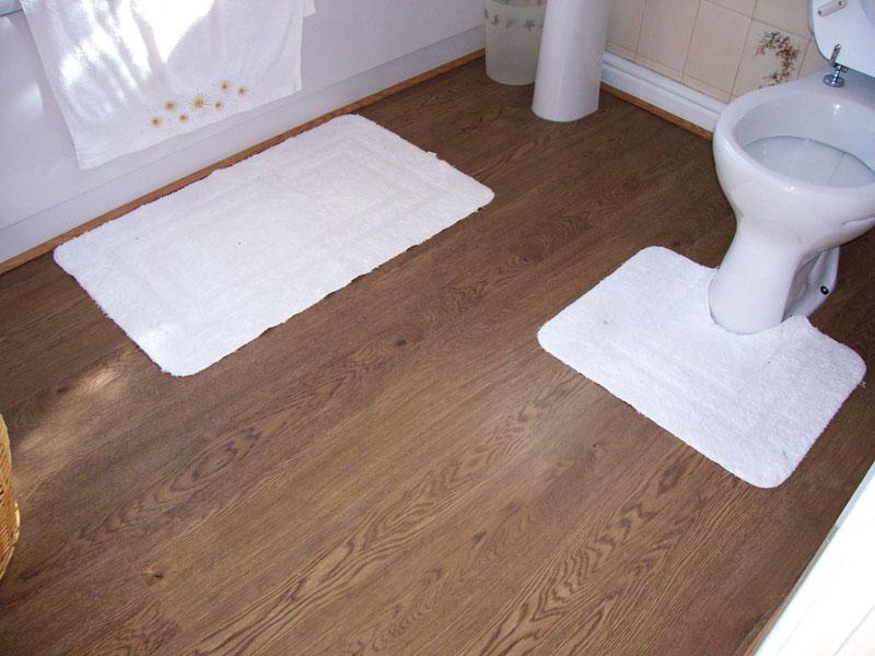 Гладкий линолеум лучше подходит для ванной, так как его удобней мыть