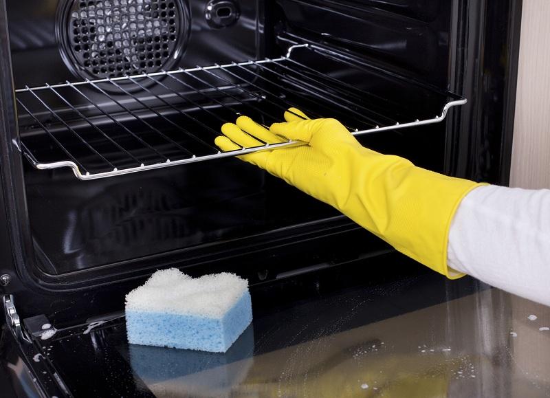 Для работы следует использовать прочные и длинные хозяйственные перчатки