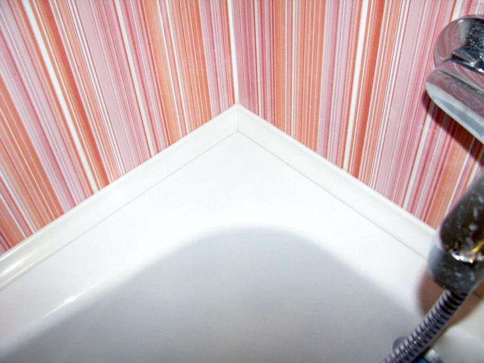 Стык между ванной им кафелем можно закрыть декоративным бордюром или специальной лентой