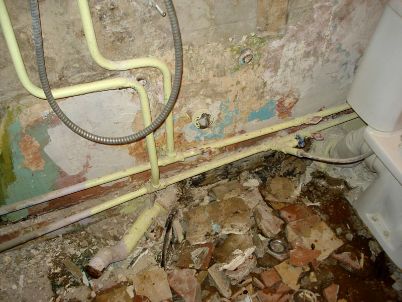 Старые трубы необходимо заменить перед ремонтом