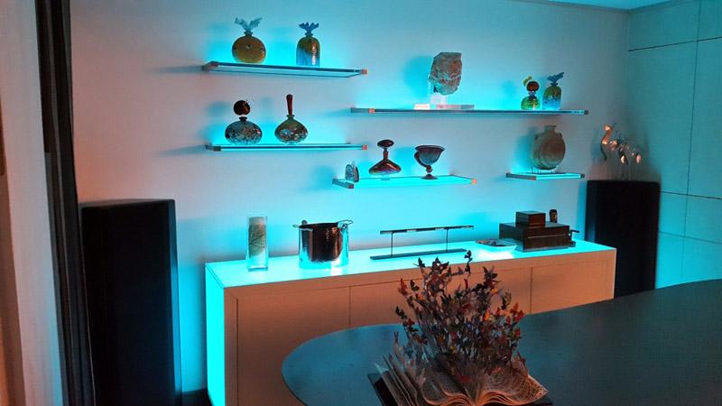 Дополнительная подсветка создает романтическое настроение на кухне