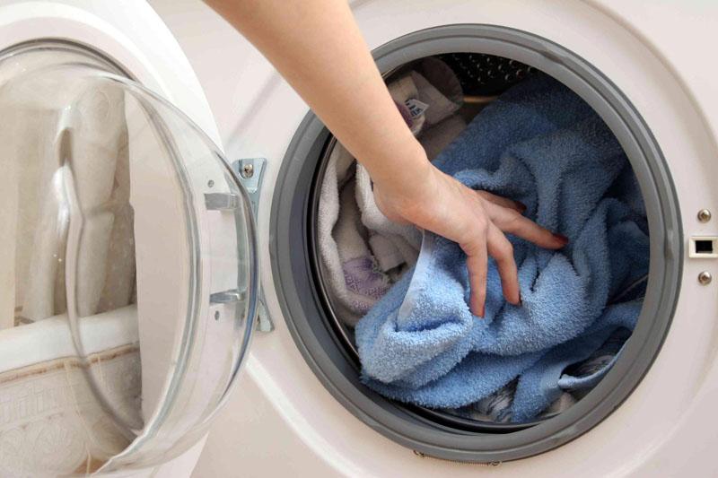 Не стирайте по нескольку вещей, лучше накопить максимальный объём и за один раз всё отстирать