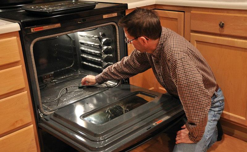 Во время очистки нельзя трогать нагревательные элементы