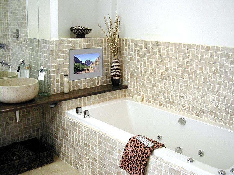 В качестве экономии средств плиткой отделана не вся стена над ванной