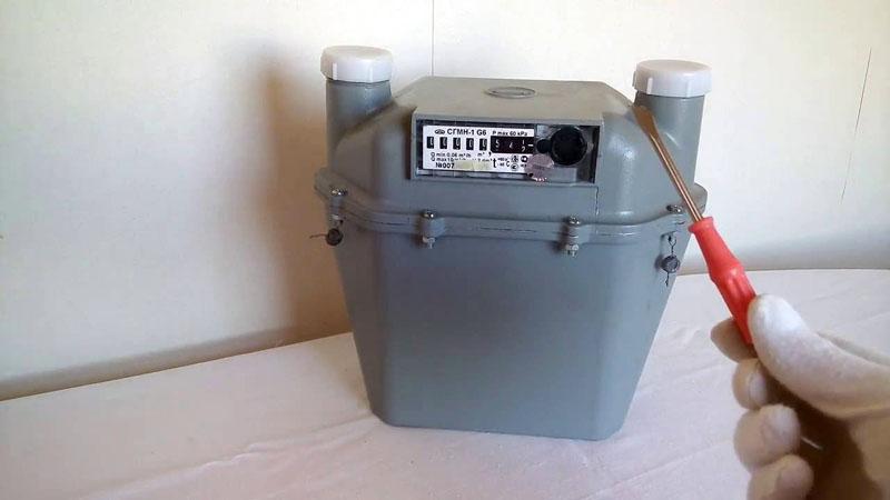 В интернете можно найти с десяток способов, как остановить показания прибора учёта газа