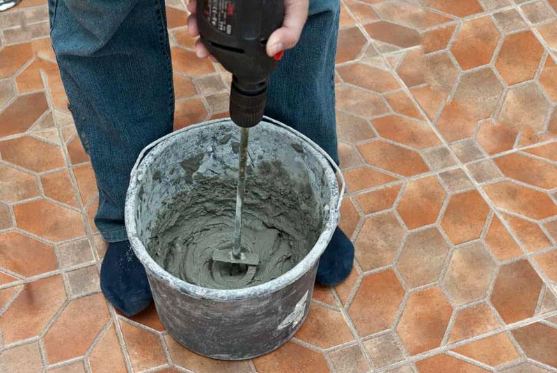 Раствор следует замешивать в пластиковой ёмкости при помощи специальной насадки