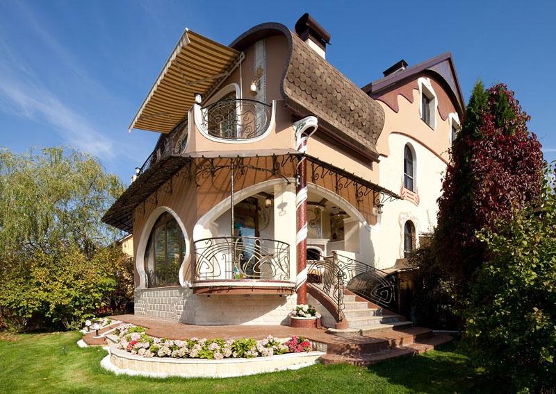 Из прозы в жизнь: фото домов с мезонином в современном мире