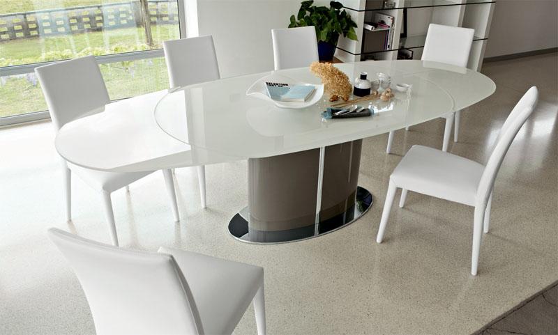 Изделия с овальной столешницей могут себе позволить только владельцы просторных кухонь и столовых