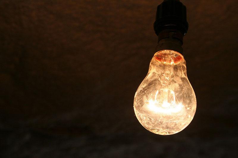 Чтобы не платить за электроэнергию больше, переходим либо на энергосберегающие лампы, либо учимся жить в мире, где энергия используется по минимуму