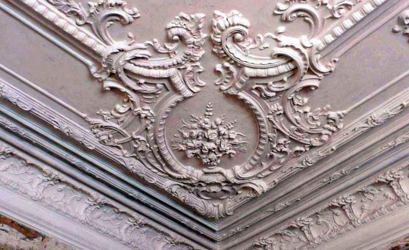 На фото потолок с лепниной из полиуретана, который дешёвым никак не назовёшь