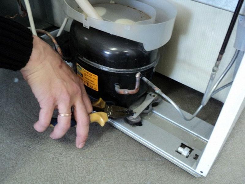 Если стоит задача перевезти старый агрегат, предварительно надёжно зафиксируйте компрессор болтами