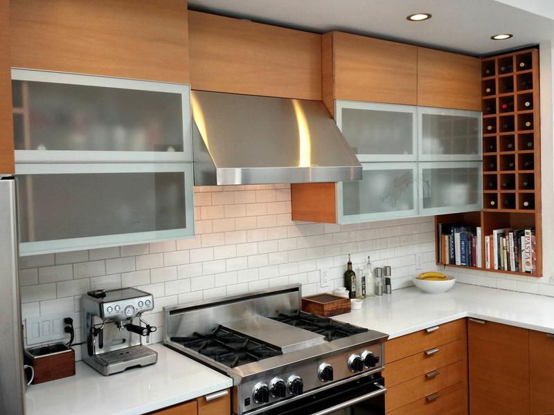 Вместо полочек, лучше установить верхние шкафчики до потолка, они визуально увеличивают пространство