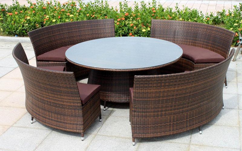 Мебель для улицы изготовлена из ротанга повышенной прочности
