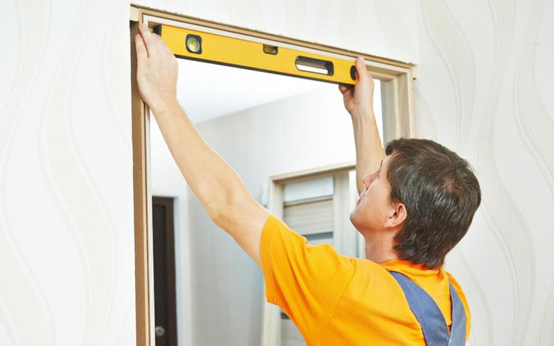 Во время установки нужно неоднократно проверять уровнем все горизонтальные и вертикальные элементы во избежание перекосов