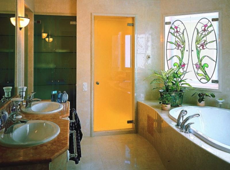 Матовая стеклянная дверь в ванную