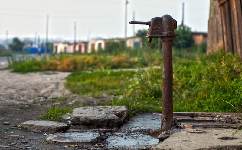 Не так удобно, как центральное водоснабжение, но зато бесплатно