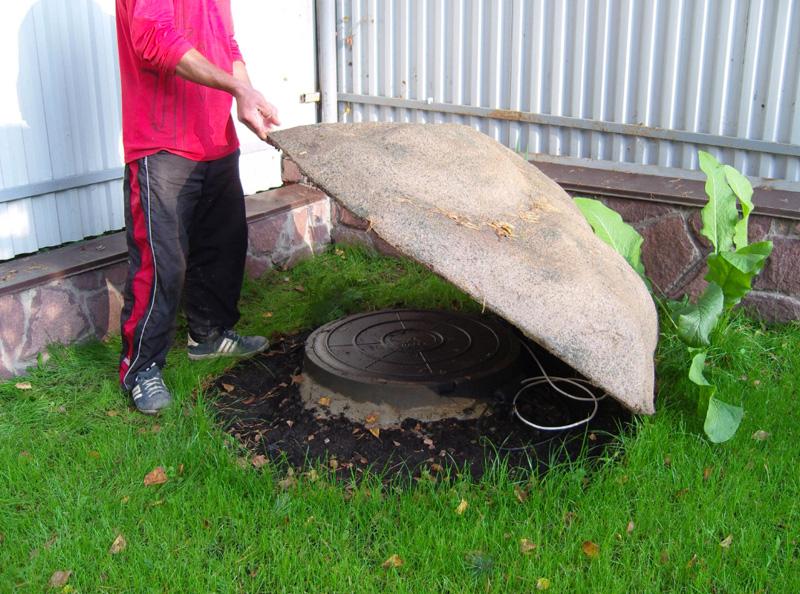 Крышку от канализационного люка можно скрыть под обычным искусственным валуном