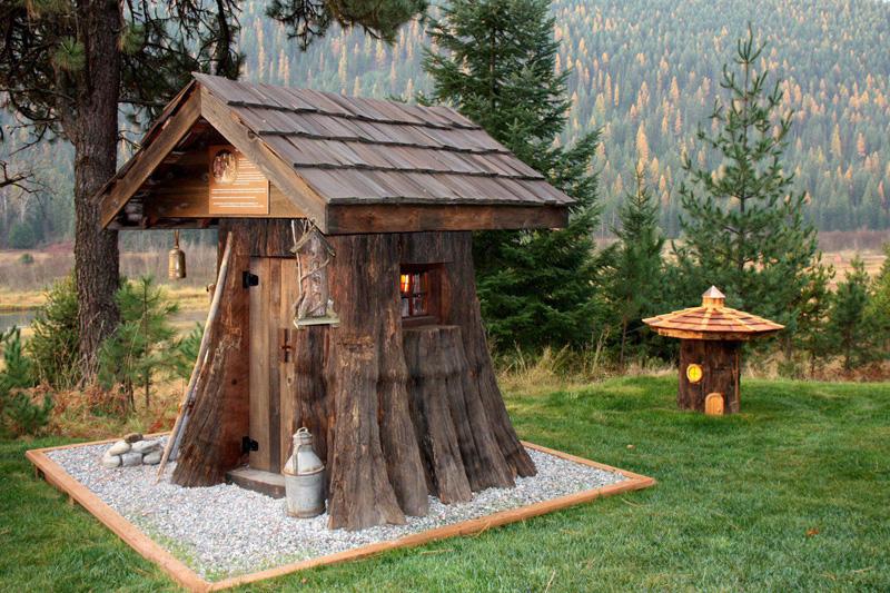 А если у вас на участке росло дерево-исполин, то можно устроить небольшой домик для самых маленьких дачников