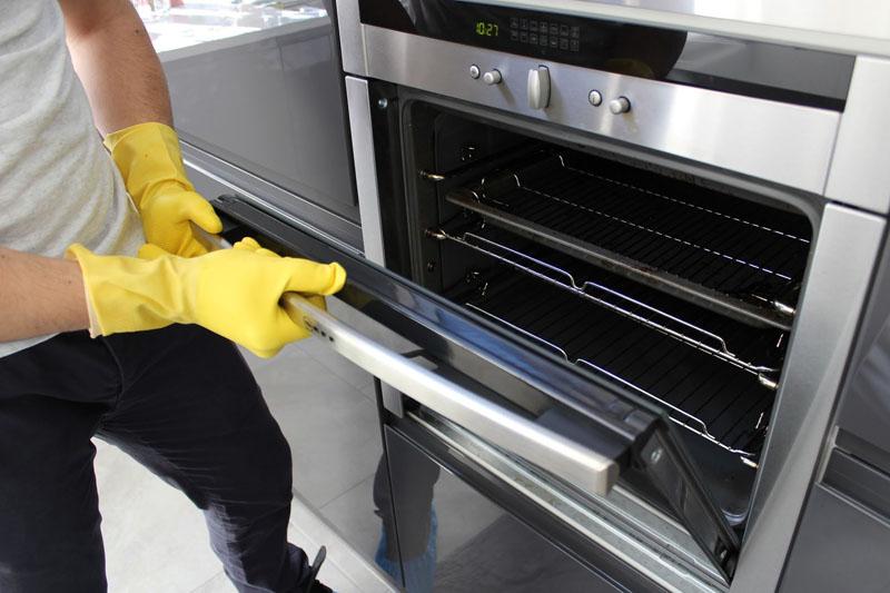 Всю работу нужно проводить в резиновых перчатках, после обработки следует оставить дверцу шкафа на некоторое время открытой, чтобы посторонние запахи выветрились