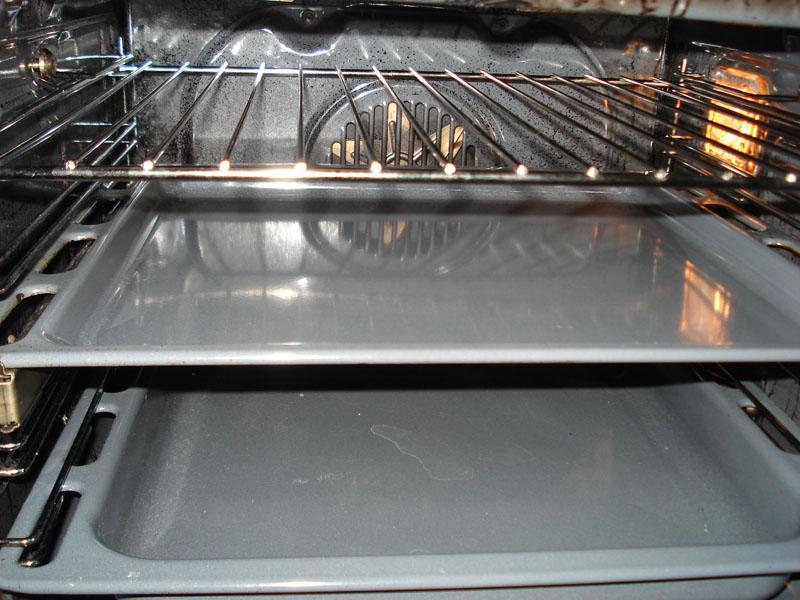 После приготовления пищи достаточно протереть стенки от налета