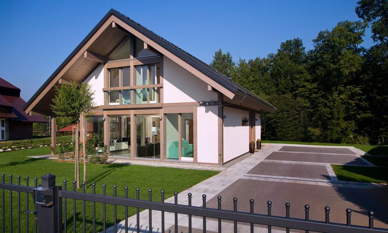 Одноэтажный дом с мансардой, выполненный с использованием стеклопакетов большой площади